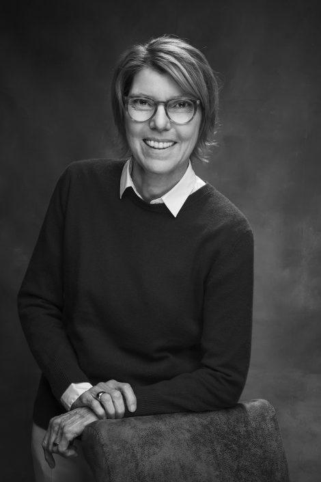 schwarz-weiß-Portrait von Bettina Böttinger, Moderatorin Köln,  im Studio 157 von Thomas Ahrendt