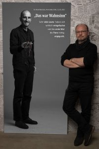 Das Leinwandportrait von Dr. Mark Benecke bei #derstadtbestes von Thomas Ahrendt, Studio157, Köln